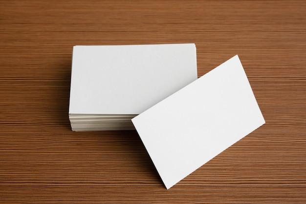 Biglietto da visita del modello sullo spazio della copia del fondo della tavola per testo.