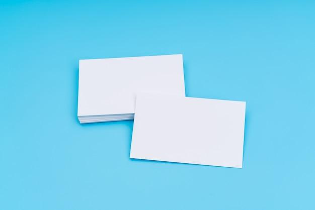 Biglietto da visita in bianco su sfondo blu.