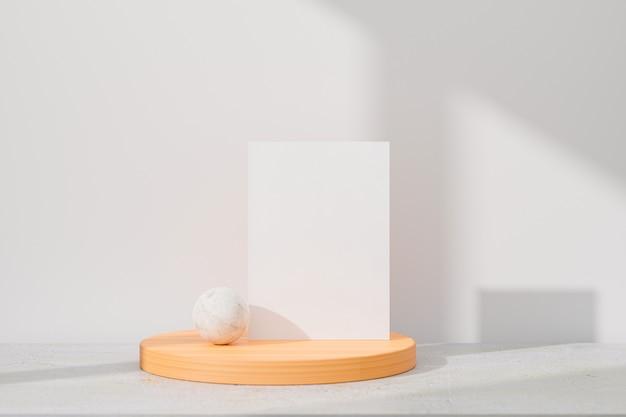 Biglietto di auguri bianco in piedi sul fondo della tavola