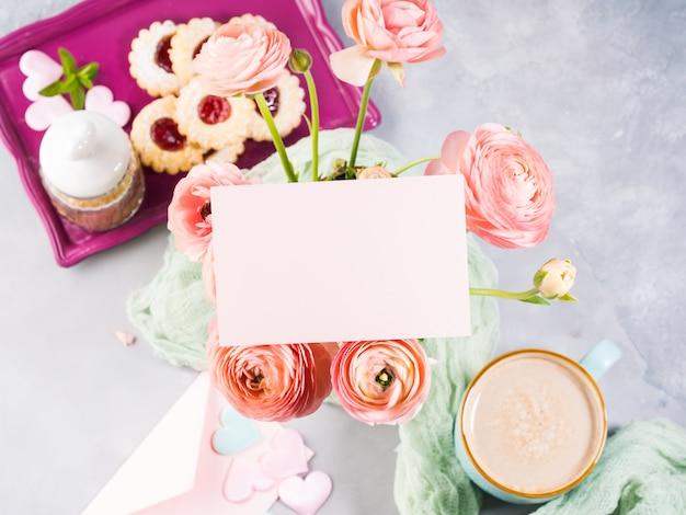 Biglietto di auguri di carta rosa. colazione festiva madre giorno di san valentino
