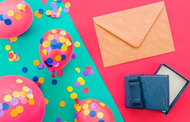 Biglietto di auguri di compleanno con coriandoli
