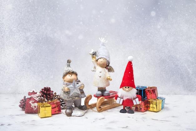 Biglietto di auguri di natale. babbo natale, gnomi, regali e neve. simbolo di natale.