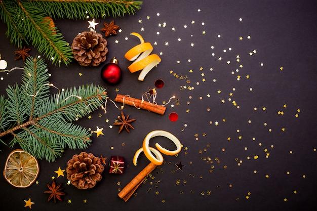 Biglietto di auguri di natale con confezione regalo artigianale con nastro rosso. sfondo nero con coriandoli dorati.