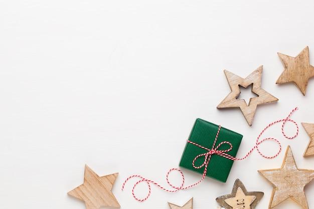 Biglietto di auguri di natale. decorazione festiva su fondo di legno bianco. anno nuovo concetto. copia spazio. lay piatto. vista dall'alto.