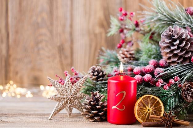 Biglietto di auguri di natale. decorazione festiva su fondo in legno. anno nuovo concetto. copia spazio. lay piatto. vista dall'alto.