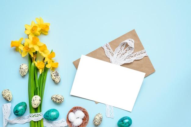Biglietto di auguri di pasqua con uova di pasqua e fiori primaverili
