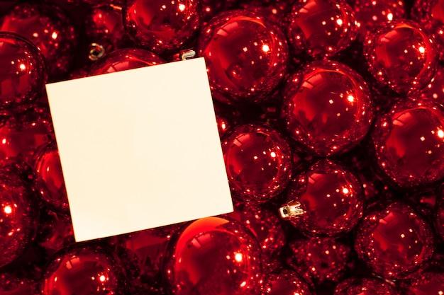 Biglietto di auguri mock up con ornamenti di natale