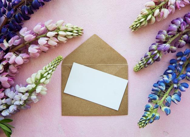Biglietto di auguri mockup con fiori di lupino