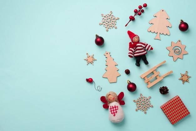 Biglietto di auguri per la festa di capodanno. regali di natale, elementi decorativi e ornamenti su sfondo blu.