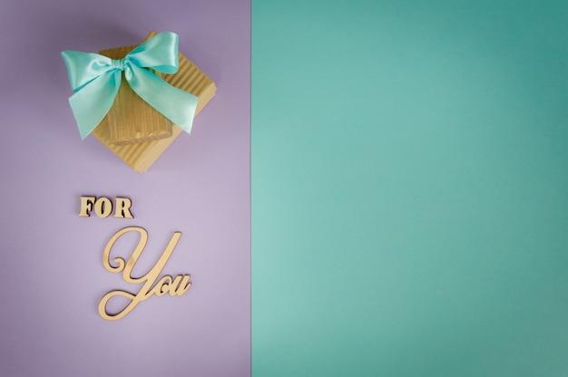 Biglietto di auguri per te su uno sfondo viola - menta con scatole regalo.