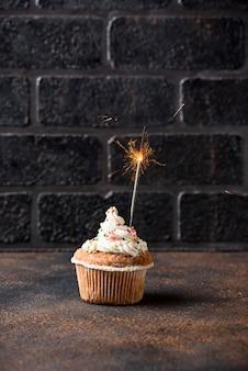 Bigné di compleanno con crema e sparkler