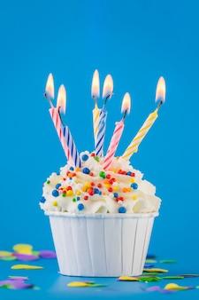 Bigné di compleanno con le candele