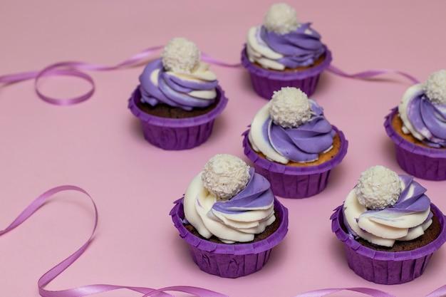 Bigné fatti in casa con crema lilla su uno sfondo rosa, concetto per san valentino o compleanno, orientamento orizzontale