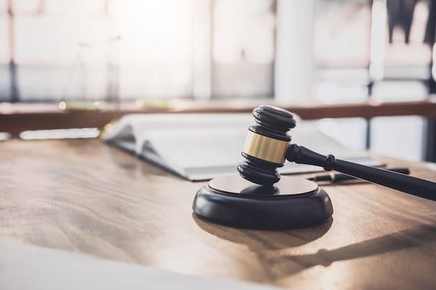Bilance di giustizia e gavel sul blocco del blocco, oggetto e libro di legge a lavorare con l'accordo del giudice