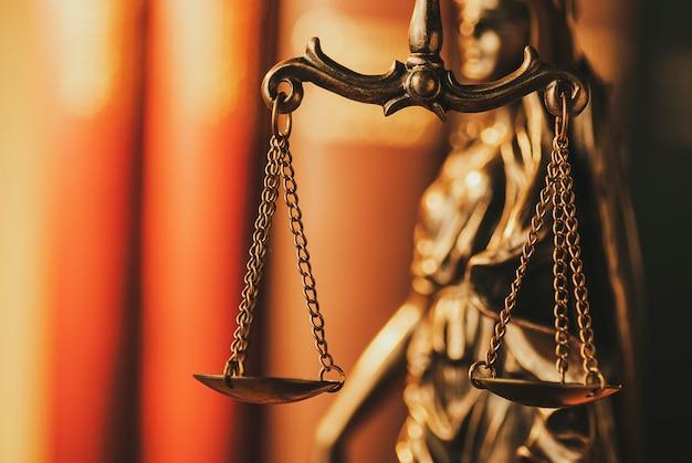 Bilancia della giustizia d'ottone in una vista alta vicina