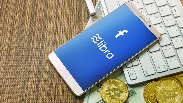 Bilancia facebook e bitcoin criptovaluta per i contenuti facebook libra