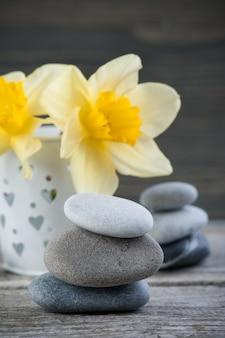 Bilanciamento di ciottoli e fiori gialli