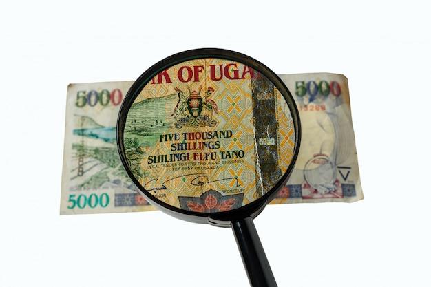 Bill di scellini ugandesi e lente di ingrandimento