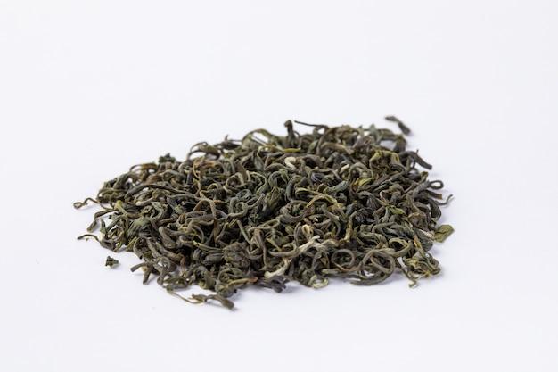 Biluochun del tè verde su fondo bianco