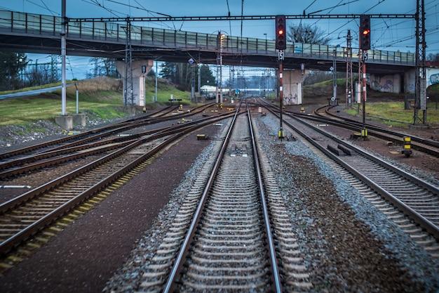Binari del treno in fuga in lontananza come visto dall'ultima carrozza del treno