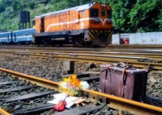 Binari del treno, valigia