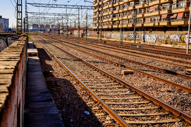 Binari del treno vuoti nella stazione nord di valencia.