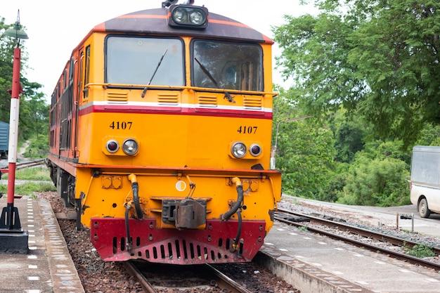 Binari ferroviari o passaggio del tunnel ferroviario in tailandia