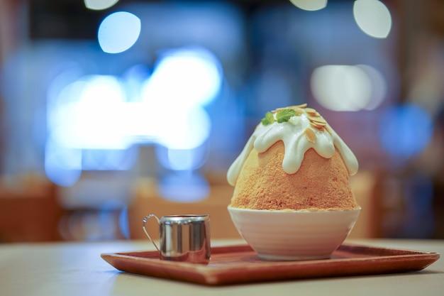Bingsu tailandese del tè al latte del primo piano sul vassoio, sul bingsu o sul bingsoo