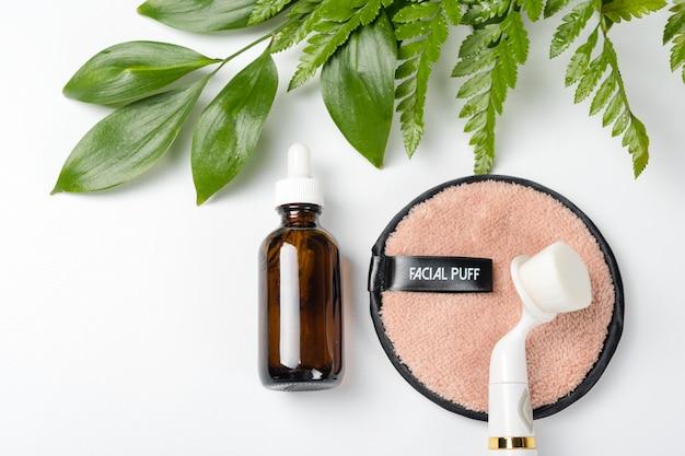 Bio-cosmetici biologici con ingredienti a base di erbe. estratto naturale, olio, siero con foglie fresche.