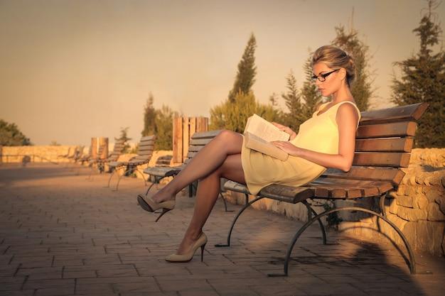 Bionda bella donna leggendo sulla strada