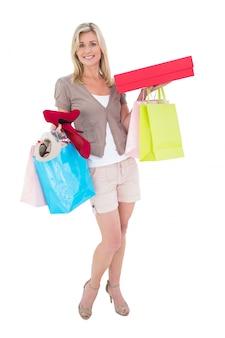 Bionda felice con borse della spesa e regali