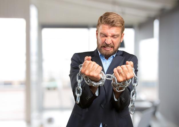 Biondo affari espressione arrabbiata