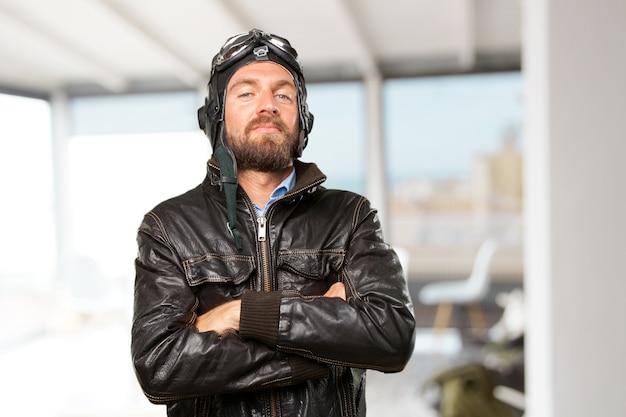 Biondo pilota felice espressione