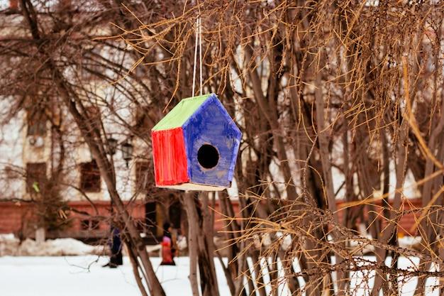 Birdhouse colorato nel parco della città