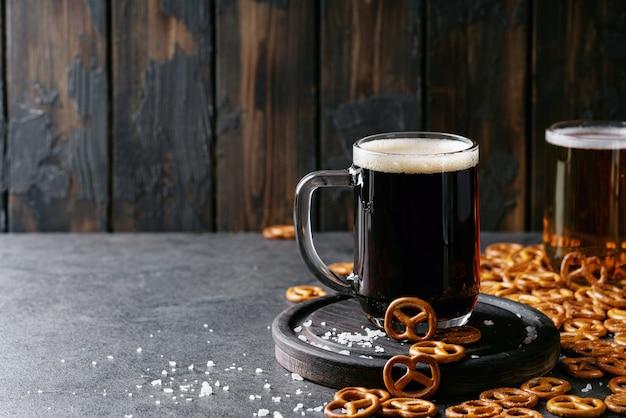 Birra artigianale chiara e scura in tazze di vetro