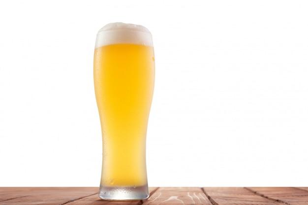 Birra bianca non filtrata isolata su uno sfondo bianco