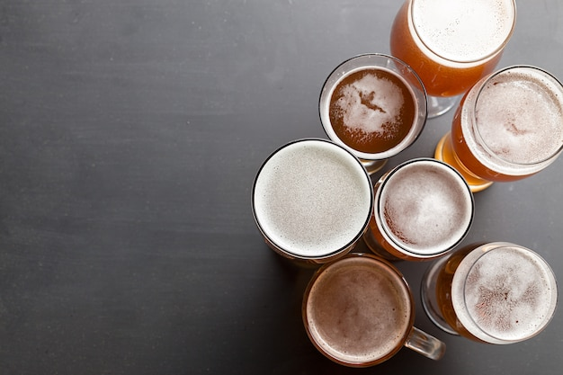 Birra chiara sul tavolo