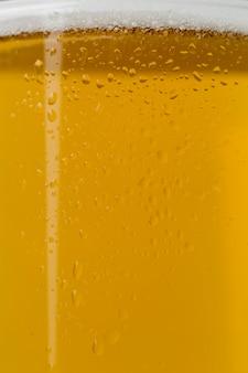 Birra close-up con schiuma in vetro trasparente