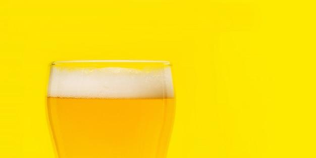 Birra. cold craft light birra in un bicchiere con gocce d'acqua. pinta di birra. concetto di oktoberfest.