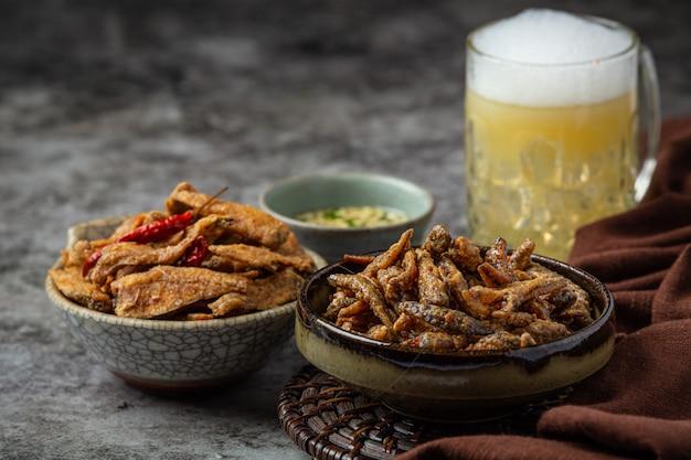 Birra con antipasti di pesce croccante, giornata mondiale della birra.