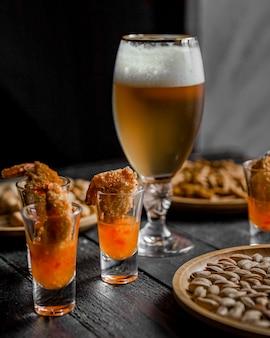 Birra con gamberi in salsa barbecue sul tavolo
