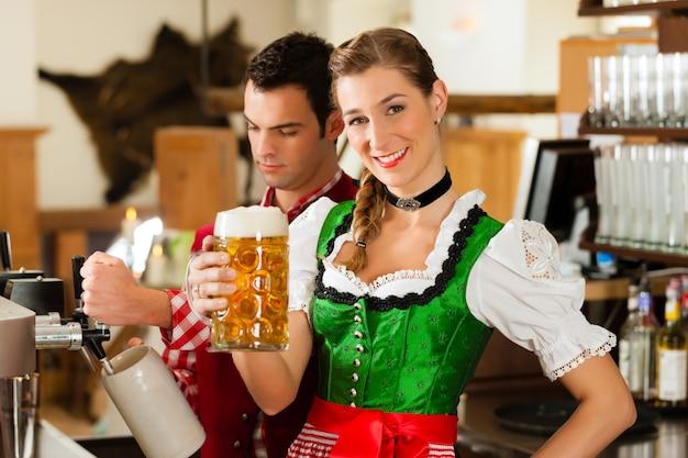Birra del disegno del giovane in ristorante o in pub