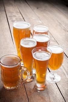Birra di vetro su fondo di legno