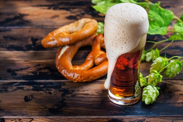 Birra dorata e salatini
