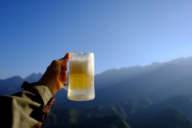 Birra e sfondo di montagna