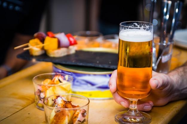 Birra in un bar con pintxos