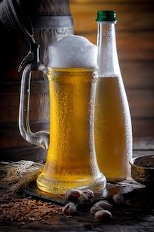Birra leggera in un bicchiere sul tavolo