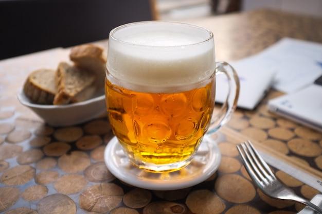 Birra spillata ceca con pane