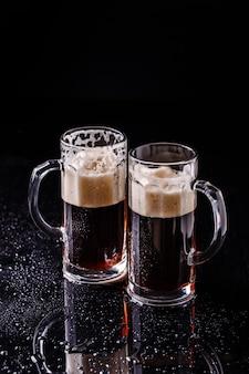 Birra sul tavolo nero vuoto