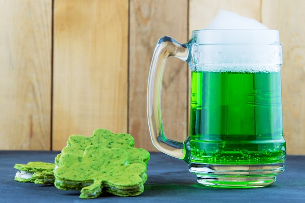 Birra verde di san patrizio con uno scialle a forma di acetosella
